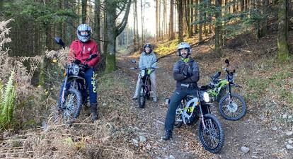 Randonnée en moto électrique sur les sentiers forestiers près de Gérardmer