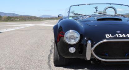 Stage de conduite sur route privée en AC Cobra près d'Avignon
