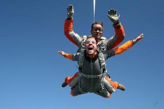 Saut en parachute tandem à proximité d'Agen
