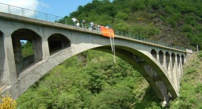 Saut à l'élastique sur le pont de Bezergue près de Castres