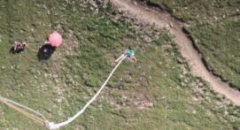 Saut à l'élastique d'un téléphérique aux Deux-Alpes