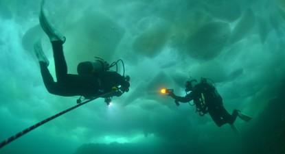 Baptême de plongée sous glace de nuit à Tignes